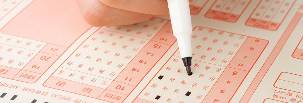컴퓨터용 사인펜으로 OMR카드에 마킹하는 모습
